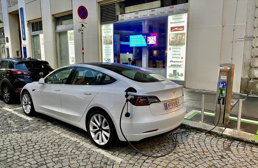 Tesla Model 3 aufladen